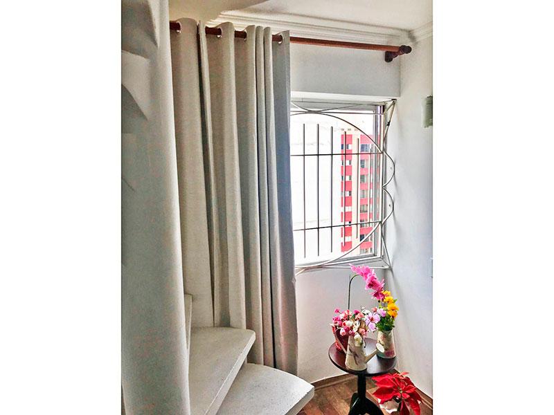 Jabaquara, Cobertura Duplex - Sala com piso de tacão, teto com moldura de gesso e acesso a piso superior.