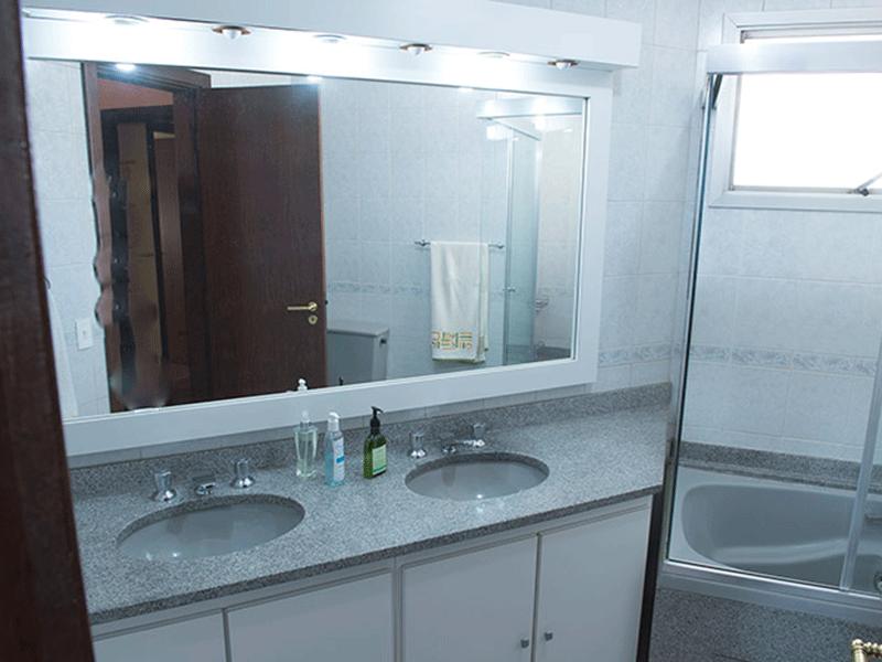 Ipiranga, Apartamento Padrão-Banheiro da suíte com piso de cerâmica, pia de granito, gabinete, box de vidro e hidro.
