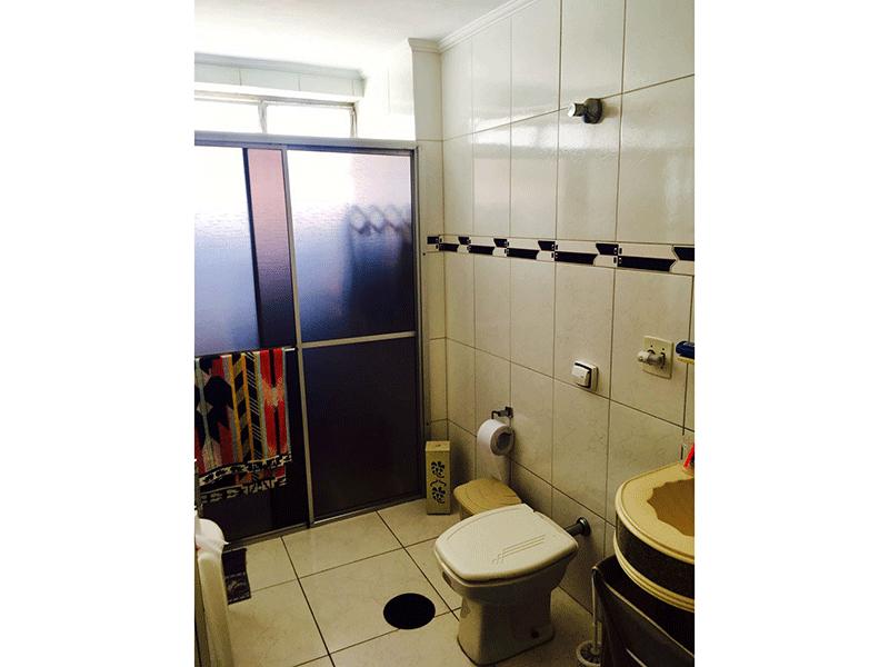 Ipiranga, Apartamento Padrão-Banheiro social com piso de cerâmica, pia sintética, box de acrílico e teto com moldura de gesso.