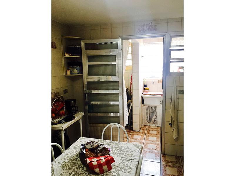Ipiranga, Apartamento Padrão-Cozinha com piso de cerâmica, pia de granito e porta de alumínio na passagem para a área de serviço.