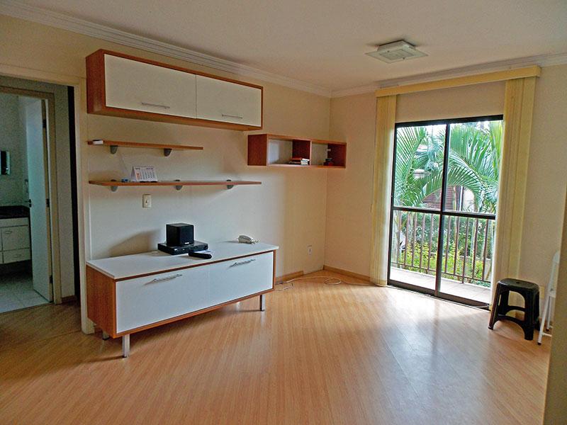 Jabaquara, Apartamento Padrão - Sala com piso laminado, teto com moldura de gesso e acesso a sacada.