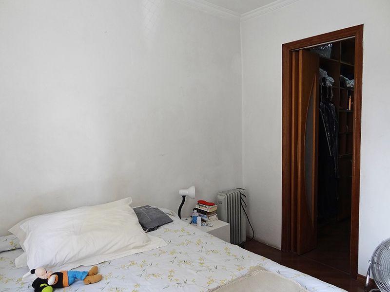 Sacomã, Apartamento Padrão-Suíte com piso laminado, teto com moldura de gesso e closet.