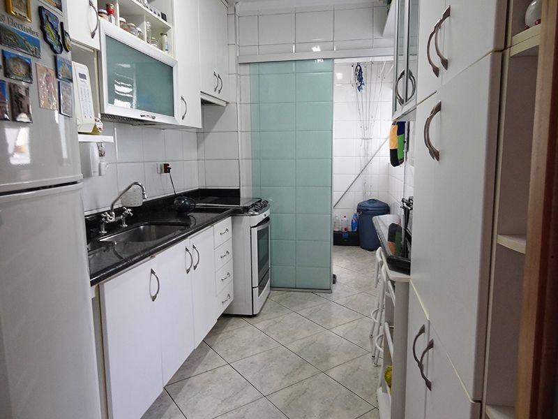 Sacomã, Apartamento Padrão-Cozinha com piso de cerâmica, teto com moldura de gesso, armários planejados, pia de granito e porta de vidro na passagem para a área de serviço.