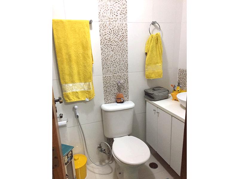 Sacomã, Apartamento Padrão-Banheiro da suíte com piso de cerâmica, pia com cuba sobreposta e gabinete.