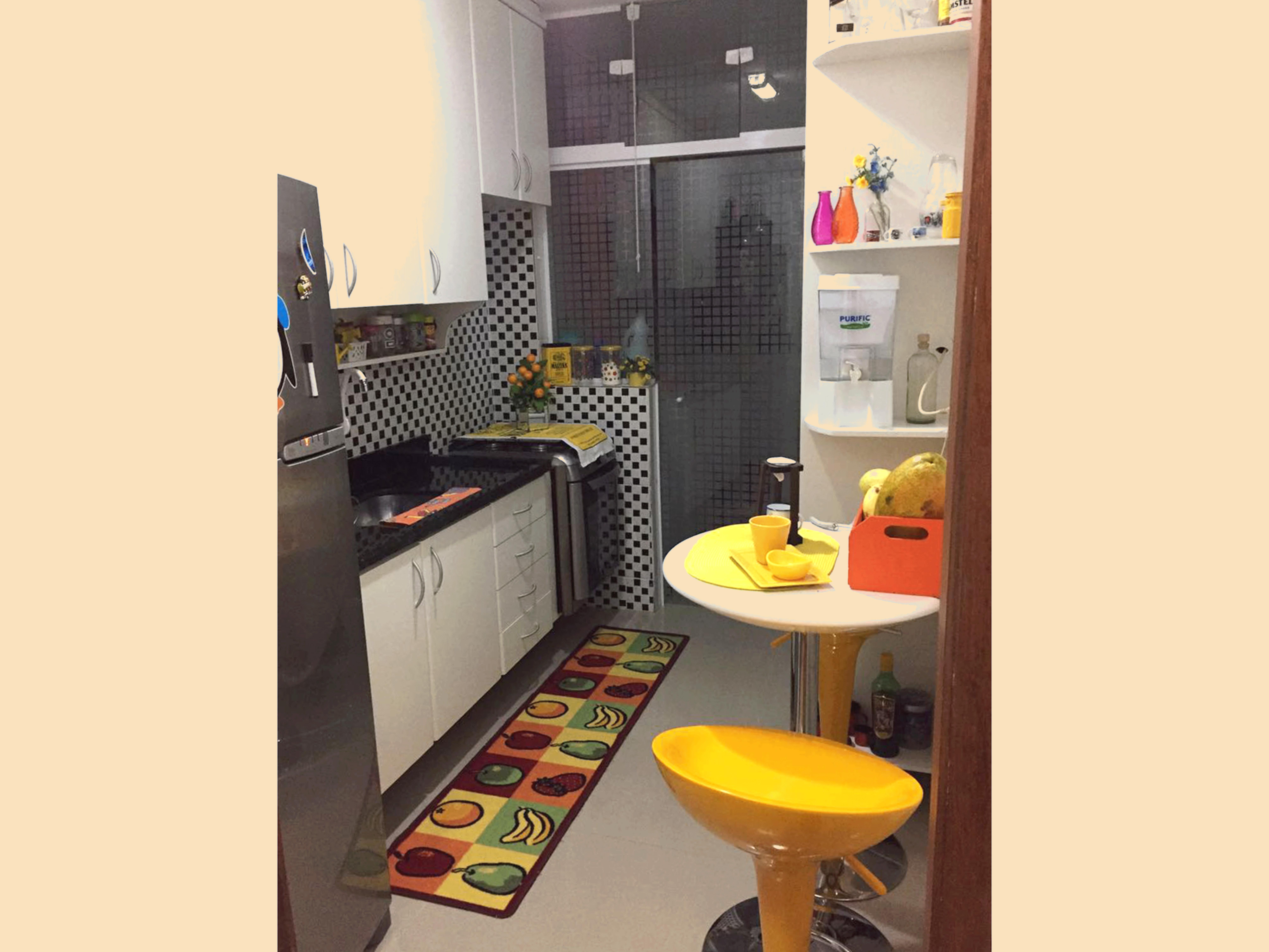 Sacomã, Apartamento Padrão-Cozinha com piso de porcelanato, pia de granito, gabinete, armários planejados e porta de vidro na passagem para a área de serviço.