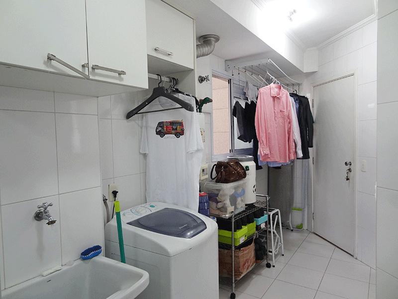 Ipiranga, Apartamento Padrão-Área de serviço com piso de cerâmica, teto com moldura de gesso, divisória de vidro, armário e aquecedor de passagem.