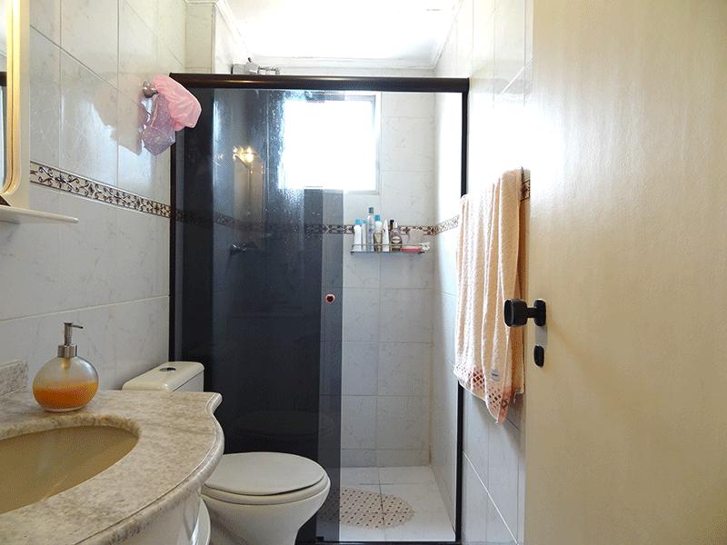Jabaquara, Apartamento Padrão-Banheiro social com piso de cerâmica, pia de mármore, box de vidro e teto com moldura de gesso.