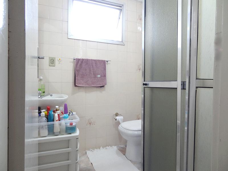 Ipiranga, Apartamento Padrão-Banheiro social com piso de cerâmica.