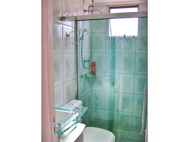 Jabaquara, Apartamento Padrão-Banheiro social com piso de cerâmica, teto com moldura de gesso, gabinete, pia de vidro e box de vidro.