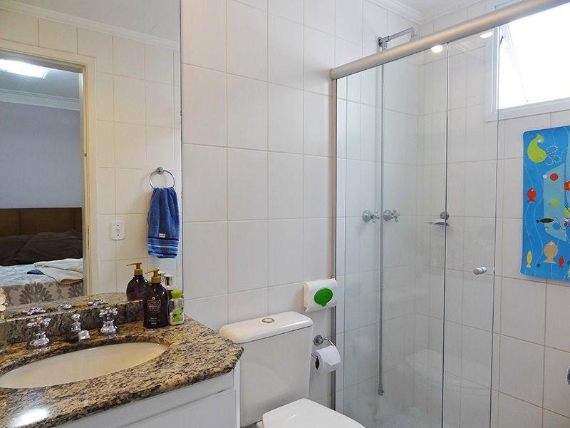Jabaquara, Apartamento Padrão-Banheiro da suíte com piso de cerâmica, pia de granito com gabinete e teto com moldura de gesso.