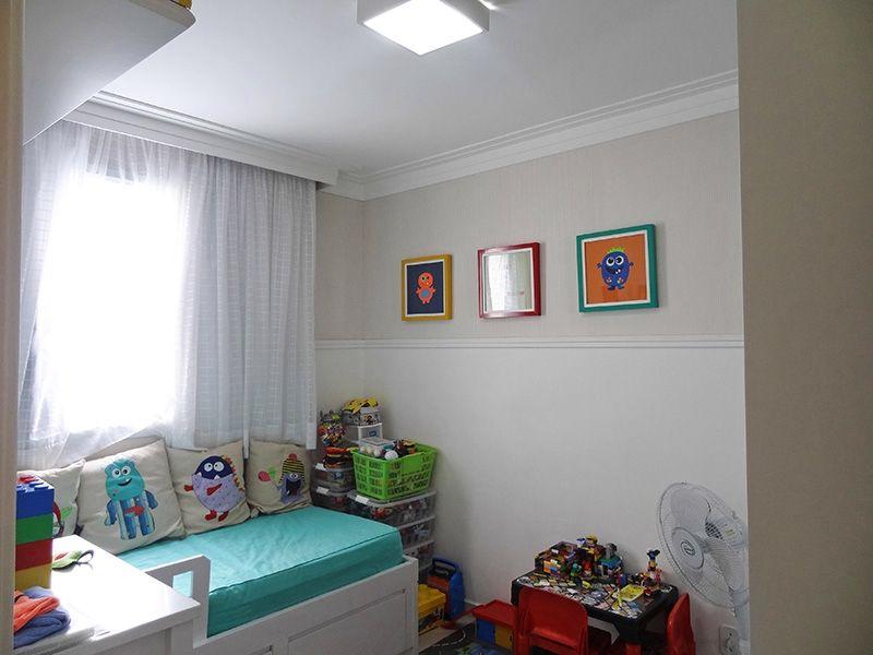 Jabaquara, Apartamento Padrão-Segundo dormitório com piso de porcelanato, teto com moldura de gesso e armários planejados.