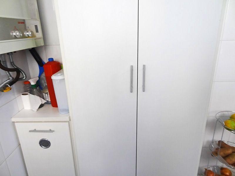 Jabaquara, Apartamento Padrão-Área de serviço com piso de cerâmica, teto com moldura de gesso, armários planejados e aquecedor de passagem.