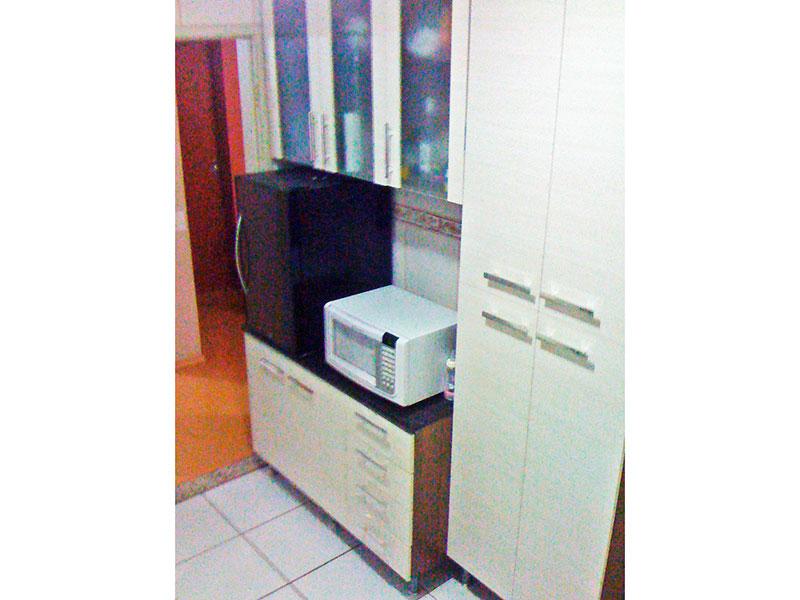 Jabaquara, Apartamento Padrão-Cozinha com piso de cerâmica, teto com moldura de gesso, armários planejados, gabinete e pia de mármore.