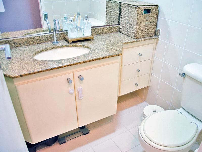 Ipiranga, Apartamento Padrão-Banheiro social com piso de cerâmica, teto com moldura de gesso, gabinete, pia de mármore e box de vidro.