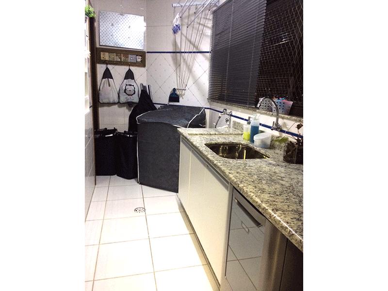 Sacomã, Apartamento Padrão-Área de serviço com piso de cerâmica e pia de granito com gabinete.