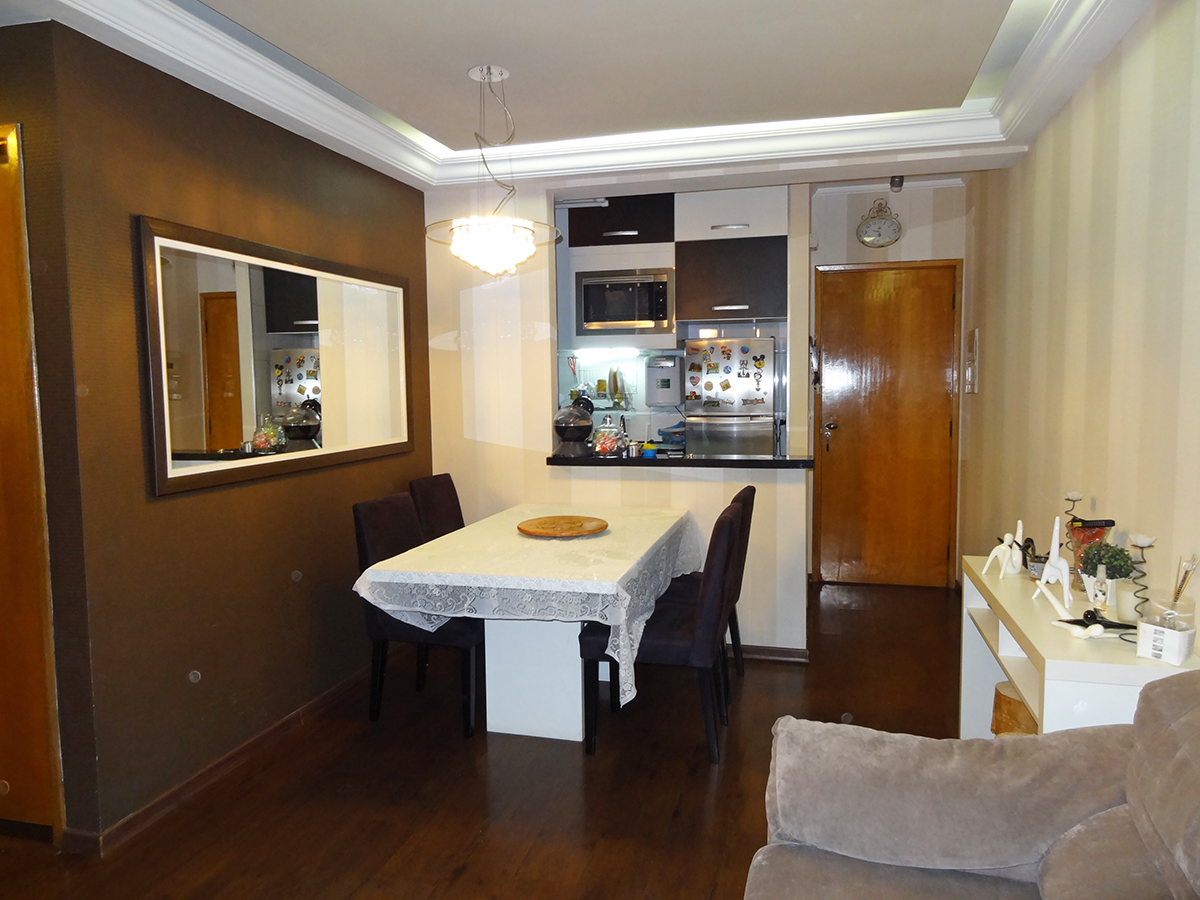 Ipiranga, Apartamento Padrão-Sala em L com dois ambientes, piso laminado, teto com sanca de gesso, iluminação direta e indireta, papel de parede e acesso à sacada.