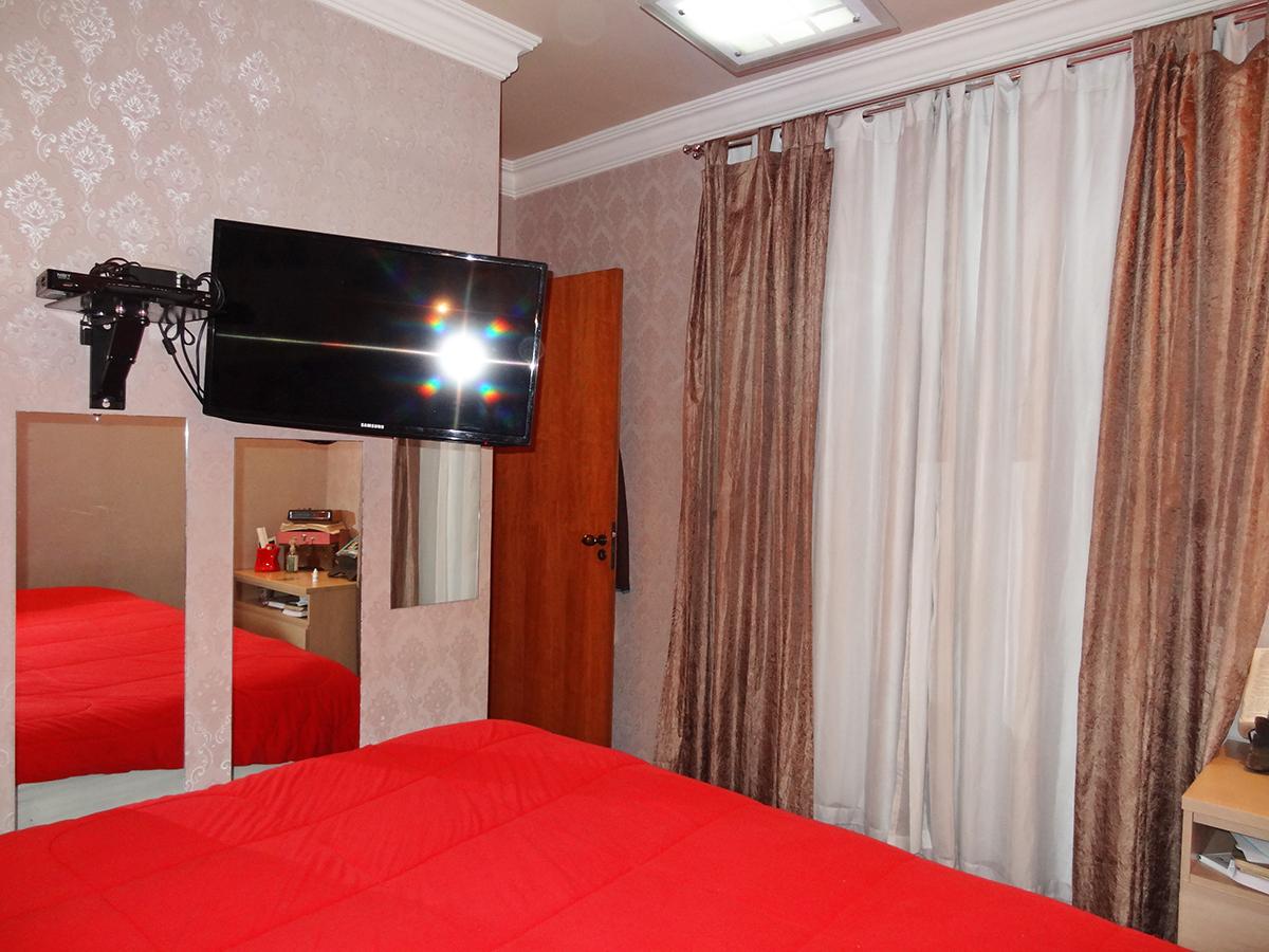 Ipiranga, Apartamento Padrão-Suíte com piso laminado, teto com moldura de gesso e papel de parede.