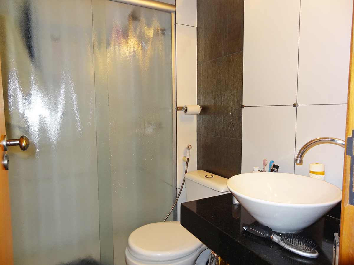 Ipiranga, Apartamento Padrão-Banheiro da suíte e social com piso de cerâmica, box de vidro e pia de granito com cuba sobreposta de porcelana.