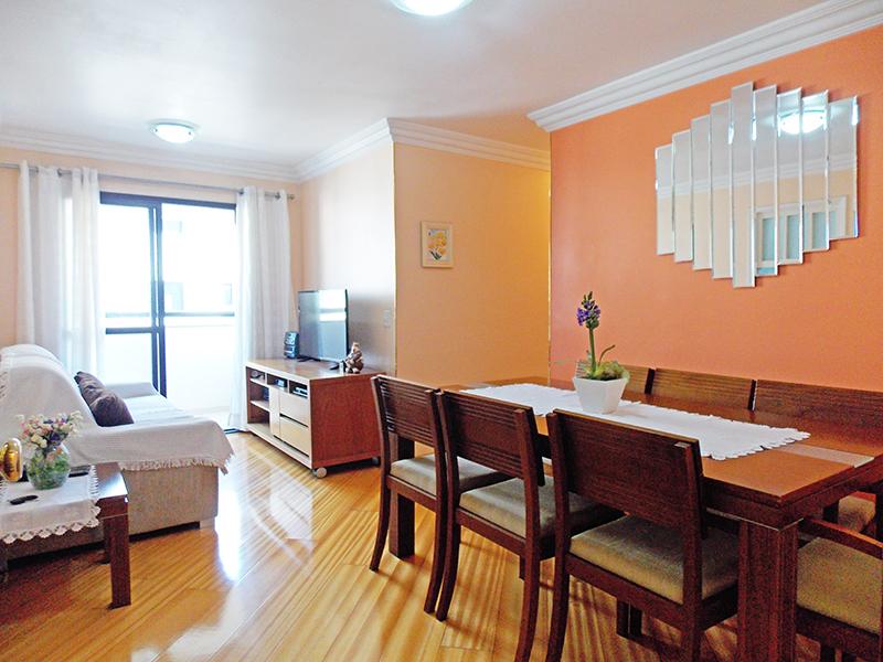 Jabaquara, Apartamento Padrão - Sala com dois ambientes, piso laminado, teto com moldura de gesso e acesso à varanda.