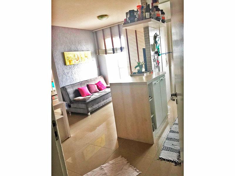 Ipiranga, Apartamento Padrão-Sala com piso de porcelanato, armários planejados e acesso a varanda.
