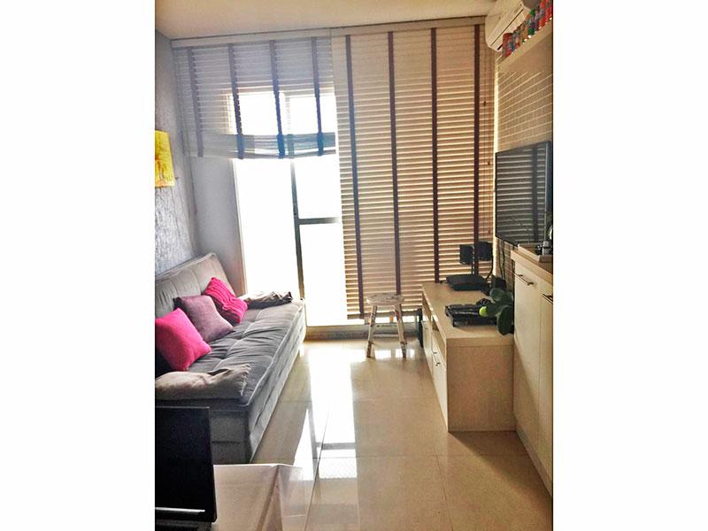 Ipiranga, Apartamento Padrão - Sala com piso de porcelanato, armários planejados e acesso a varanda.