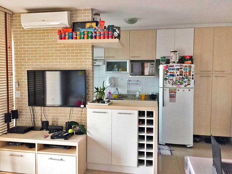 Ipiranga, Apartamento Padrão-Cozinha integrada com a sala, com piso de porcelanato, armários planejados, gabinete, pia de granito e acesso a área de serviço.