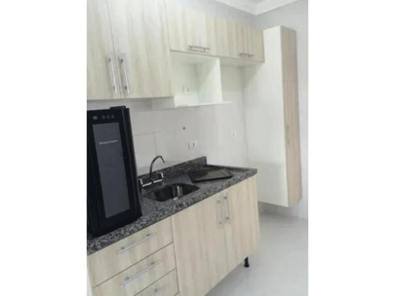Ipiranga, Apartamento Padrão-Cozinha com piso de porcelanato, pia de granito e gabinete.