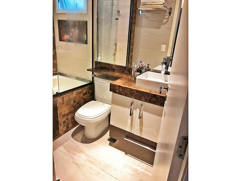 Jabaquara, Apartamento Padrão-Banheiro da suíte com piso de porcelanato, teto com moldura de gesso, gabinete, pia sobreposta, bancada de granito e banheira de hidromassagem.