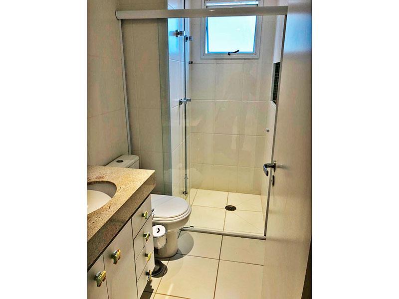 Jabaquara, Apartamento Padrão-Banheiro social com piso de porcelanato, teto com moldura de gesso, gabinete, pia de granito e box de vidro.