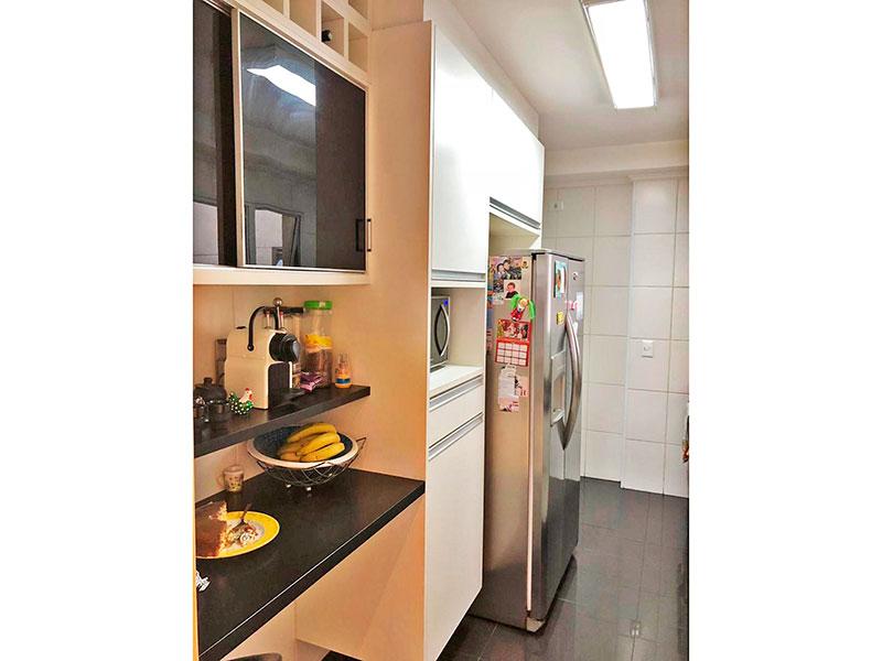 Jabaquara, Apartamento Padrão-Cozinha com piso de porcelanato, teto com moldura de gesso, armários planejados, gabinete, pia de granito e acesso a área de serviço.