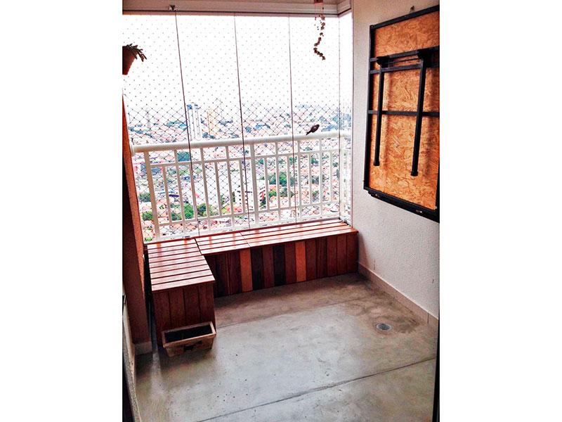Ipiranga, Apartamento Padrão-Varanda gourmet com piso de cimento queimado, pia de granito, churrasqueira, fechamento de vidro e tela de proteção.