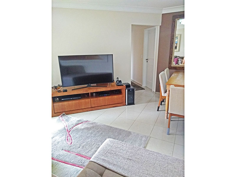Jabaquara, Apartamento Padrão-Sala irregular com piso de cerâmica, teto com moldura de gesso e acesso a varanda.