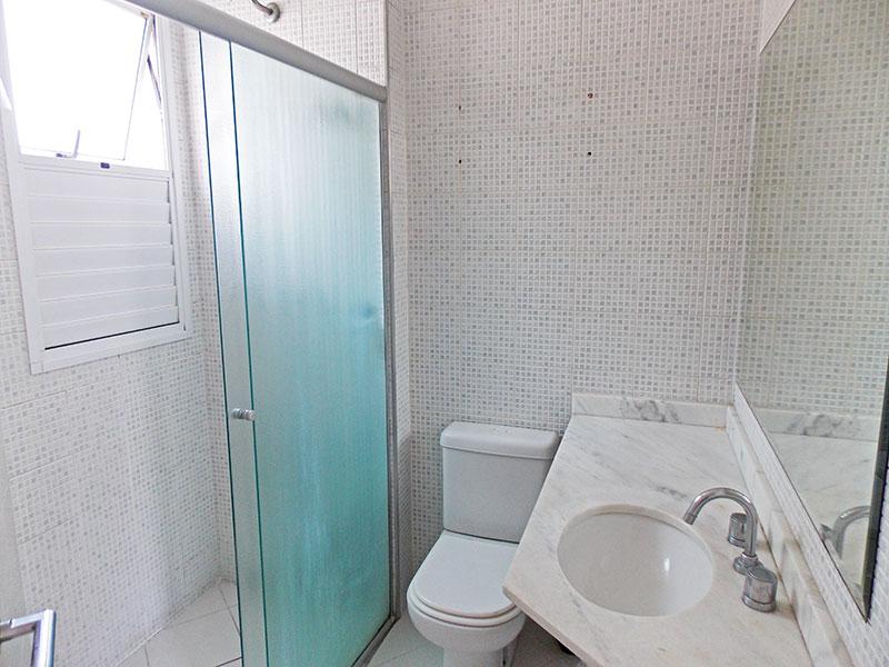 Ipiranga, Apartamento Padrão-Banheiro da suite com piso de cerâmica, pia de mármore e box de vidro.
