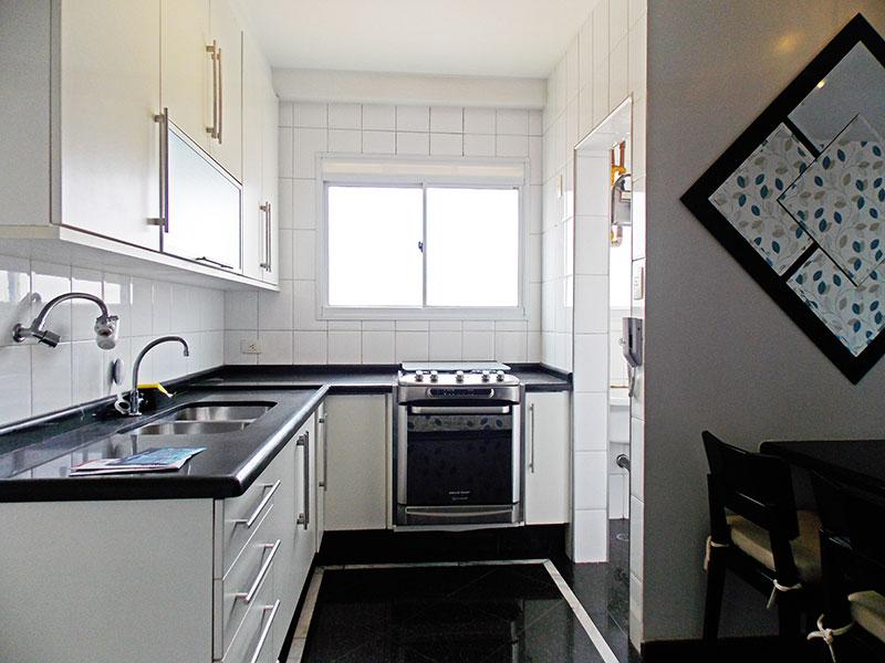 Ipiranga, Apartamento Padrão-Cozinha com piso de granito, armários planejados, gabinete, pia de granito e acesso a área de serviço.