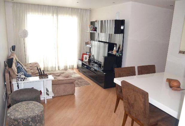 Sacomã, Apartamento Padrão - Sala retangular ampliada com dois ambientes e piso laminado.
