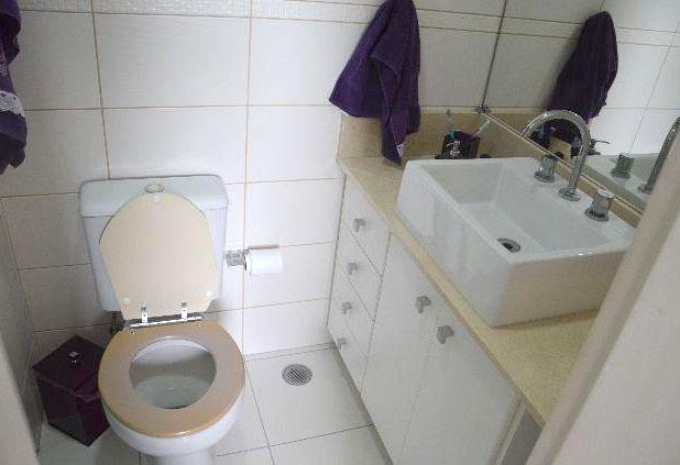 Sacomã, Apartamento Padrão-Banheiro da suíte com box de vidro, gabinete e pia com bancada de mármore e cuba sobreposta.