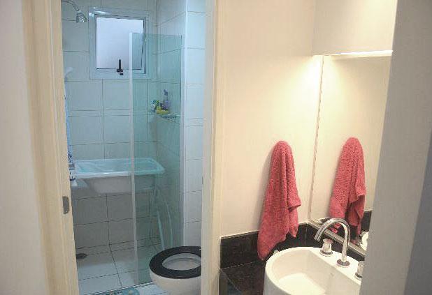 Sacomã, Apartamento Padrão-Banheiro social com box de vidro, gabinete e pia com bancada de mármore e cuba sobreposta.