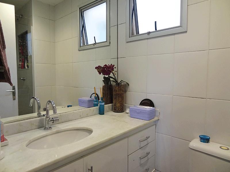 Jabaquara, Apartamento Padrão-Banheiro social com piso de cerâmica, pia de mármore com gabinete e box de vidro.