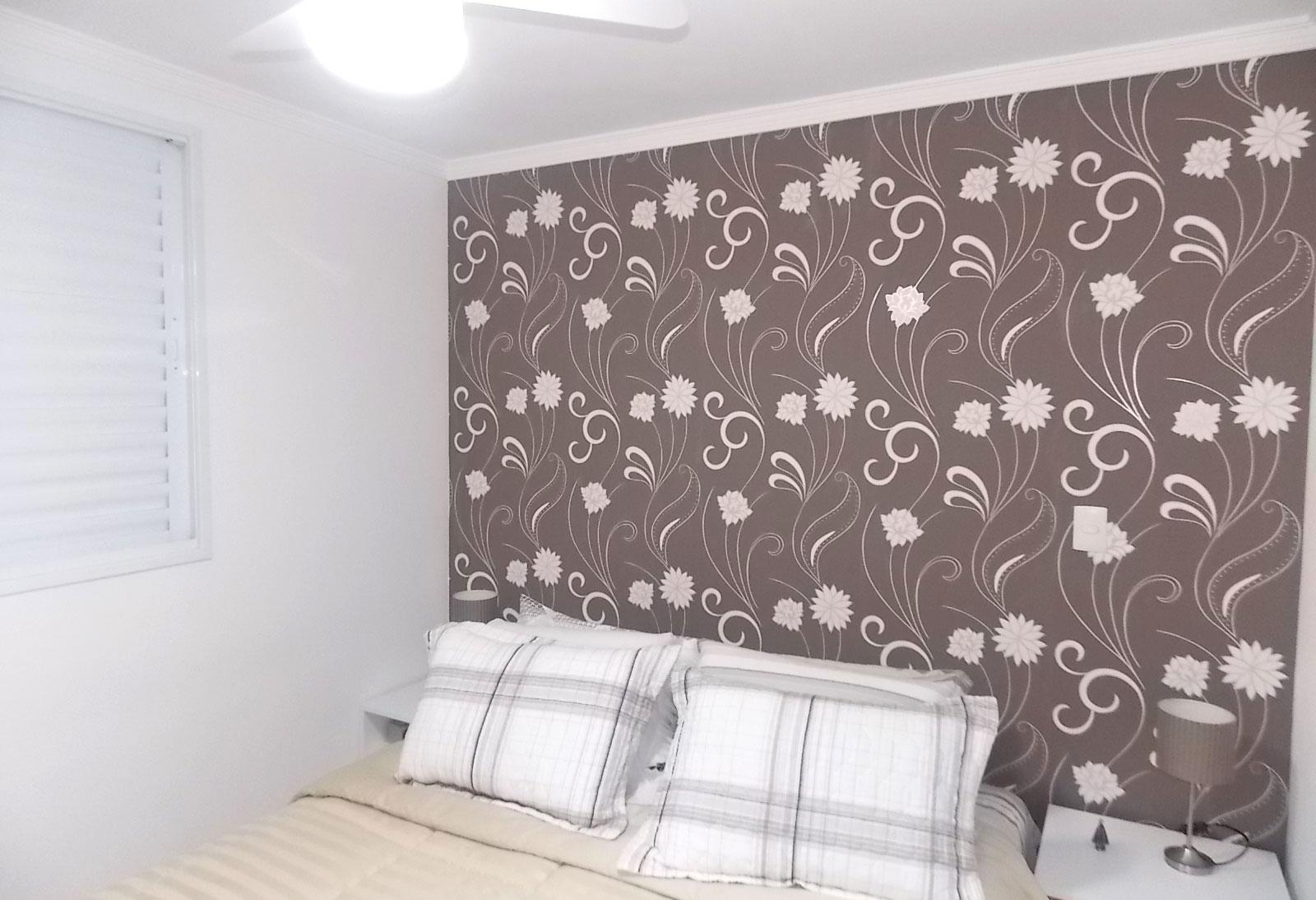 Sacomã, Apartamento Padrão-Suíte com piso de porcelanato, papel de parede, armários planejados e teto com moldura de gesso.