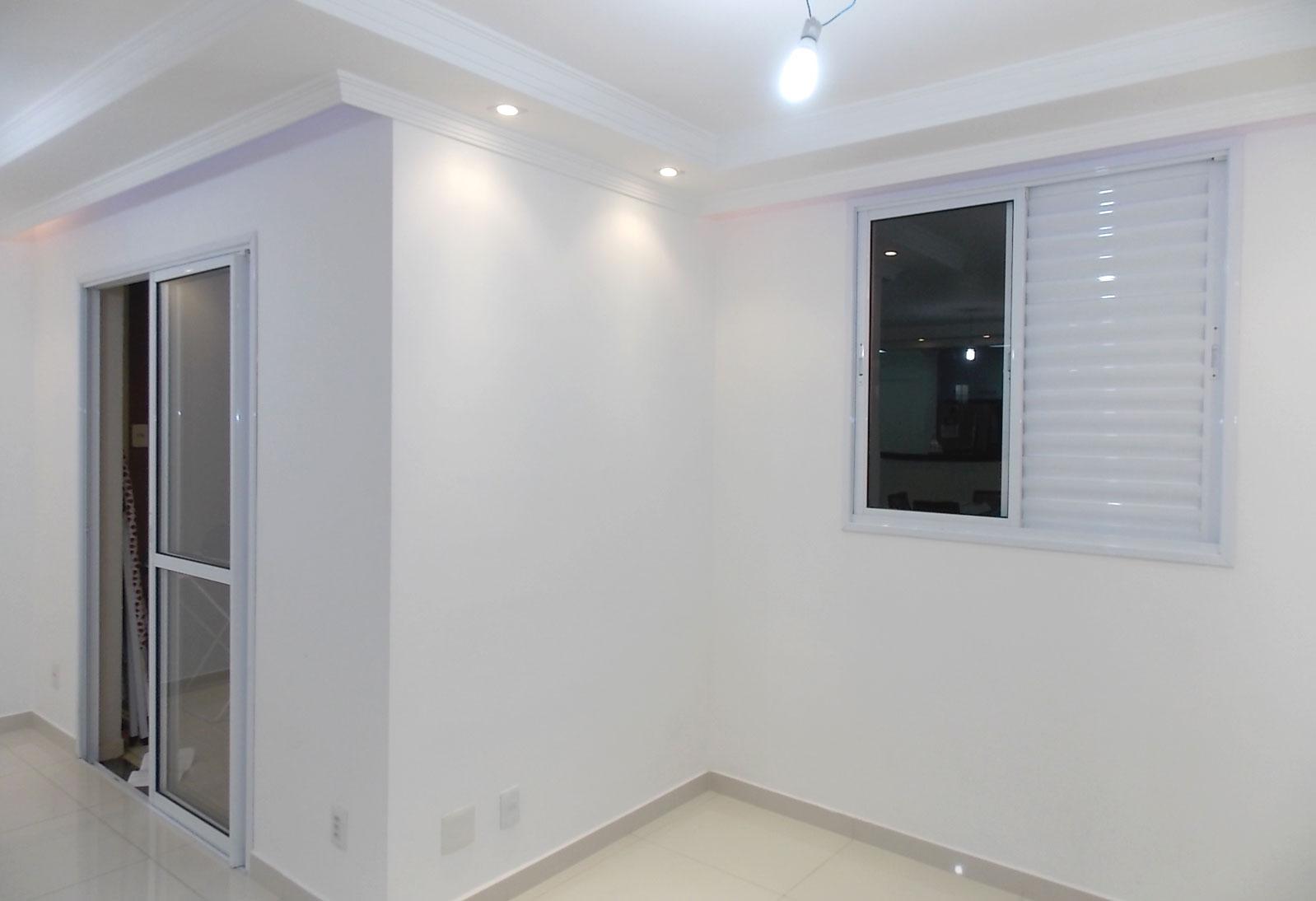 Sacomã, Apartamento Padrão-Sala ampliada com piso de porcelanato, teto com sanca de gesso e iluminação embutida e acesso à sacada (3º dormitório com piso de porcelanato, transformado em sala ampliada).