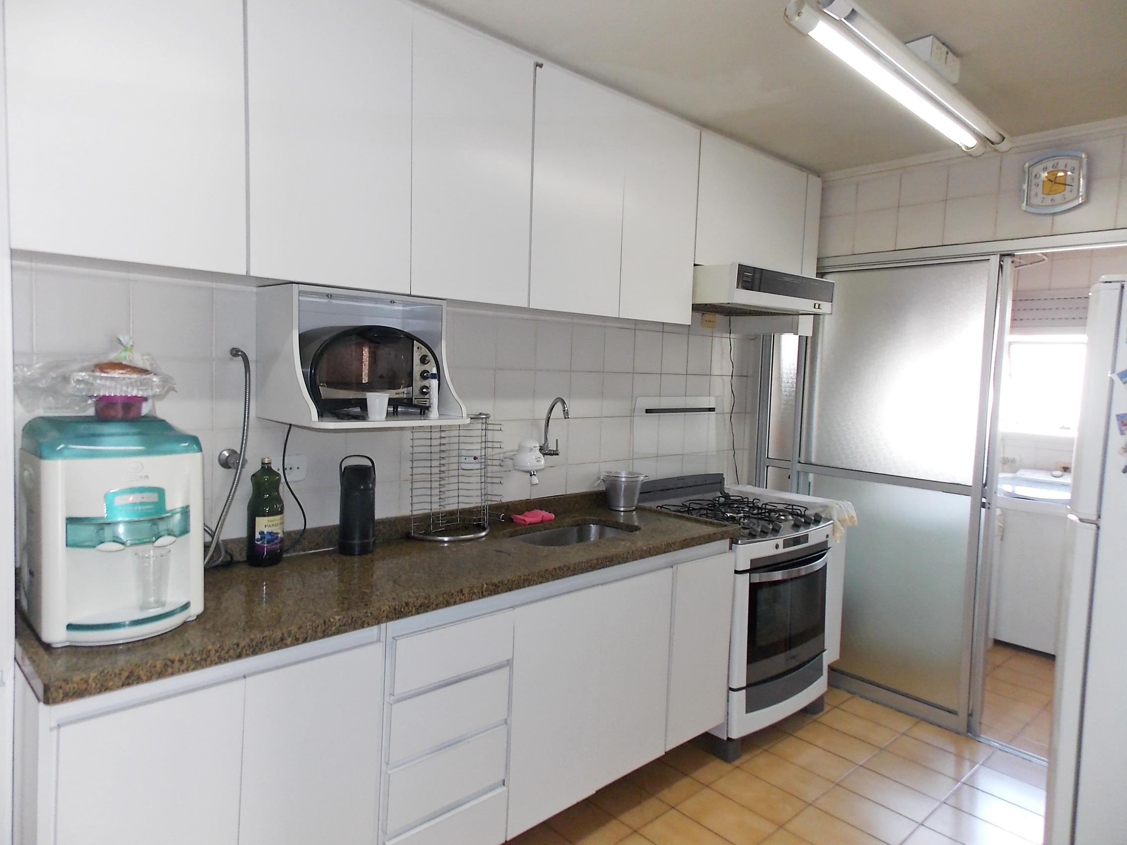 Jabaquara, Apartamento Padrão-Cozinha com piso de cerâmica, teto com moldura de gesso, armários planejados e porta na passagem para a área de serviço