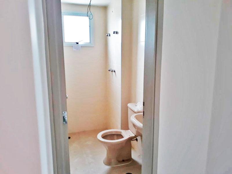 Jabaquara, Apartamento Padrão-Banheiro social com piso de cerâmica, pia de porcelana e box.