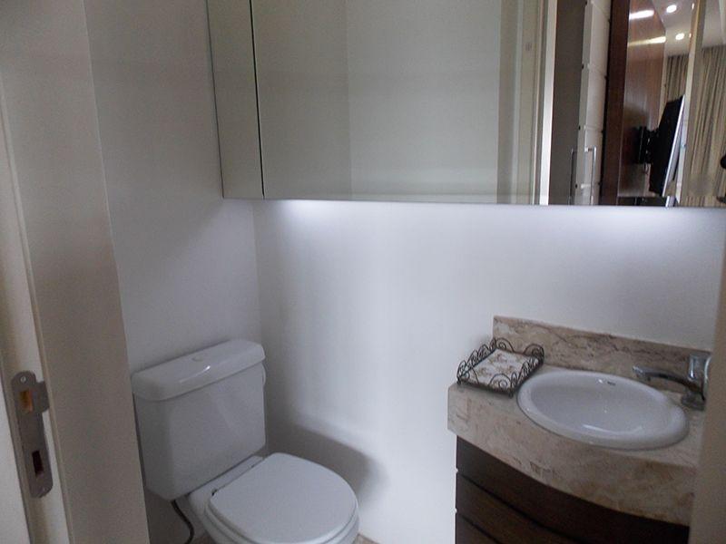 Jabaquara, Apartamento Padrão-Lavabo com piso de cerâmica e pia de granito com gabinete.
