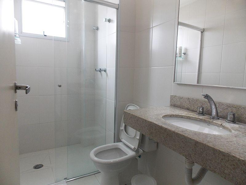 Jabaquara, Apartamento Padrão-Banheiro social com piso de cerâmica, moldura de gesso e pia de granito.