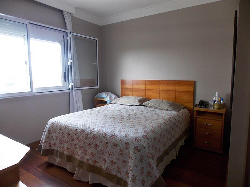 Jabaquara, Apartamento Padrão-Suíte com piso de madeira, moldura de gesso, armários planejados e janelas com tela de proteção.
