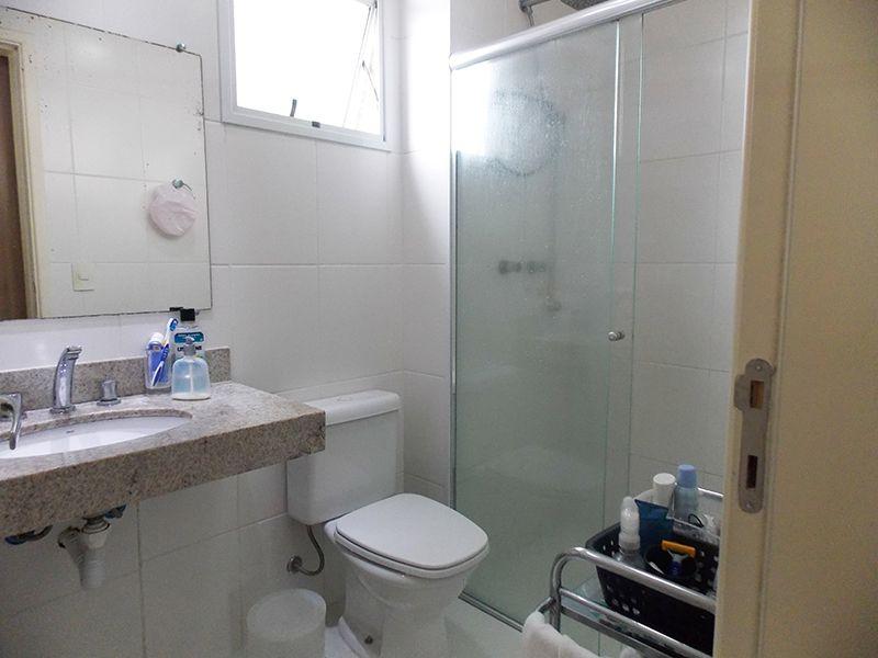 Jabaquara, Apartamento Padrão-Banheiro da suíte com piso de cerâmica, teto com moldura de gesso, box de vidro e pia de quartzo.