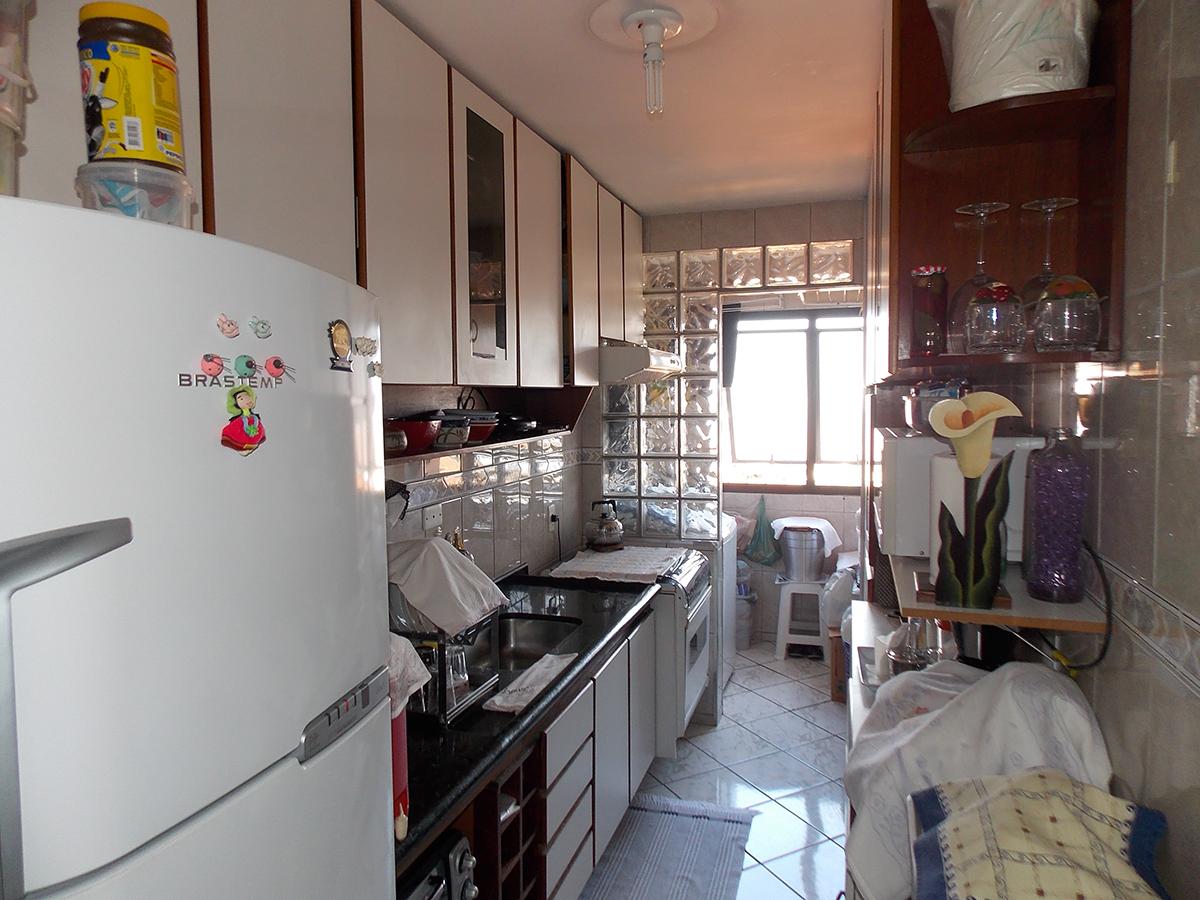 Jabaquara, Apartamento Padrão-Cozinha com piso de cerâmica, armários planejados, pia de granito e passagem para a área de serviço