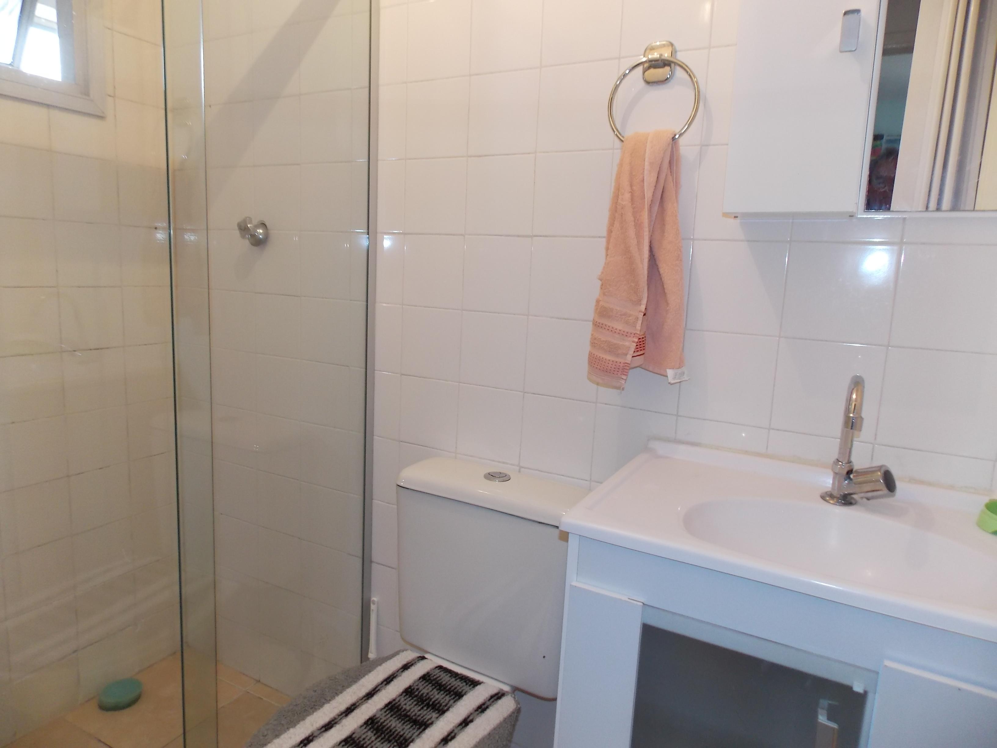 Jabaquara, Apartamento Padrão-Banheiro social com piso de cerâmica, box de vidro e pia de plástico com gabinete