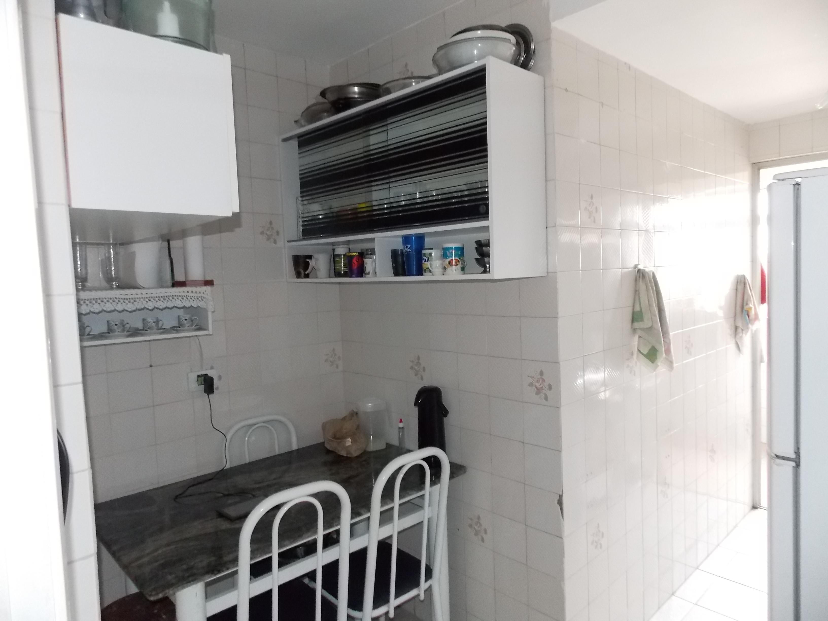 Jabaquara, Apartamento Padrão-Cozinha com piso de cerâmica, pia de inox e porta na passagem para a área de serviço