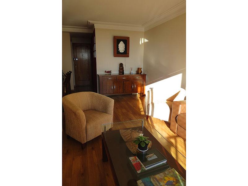 Jabaquara, Apartamento Padrão-Sala em L com dois ambientes, piso de madeira, teto com sanca de gesso, iluminação embutida, cortineiro e acesso à varanda.